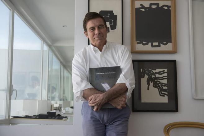 El arquitecto Alberto Campo Baeza posa junto con el libro que engloba...
