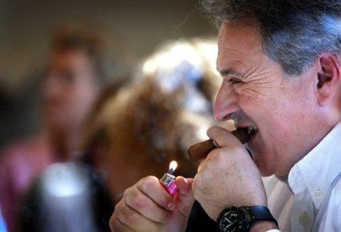 Alfonso Rus se enciende un puro en un almuerzo con militantes.