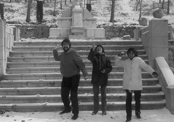 El candidato socialista, con dos amigas, lanza bolas de nieve.