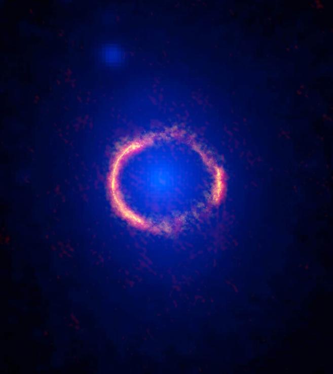 La galaxia SDP.81 formando un anillo en torno a otra galaxia más...
