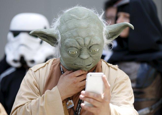 Un hombre caracterizado de Yoda participa en el Star Wars Day de...