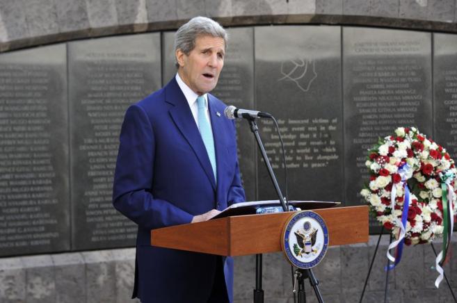 John Kerry, en el memorial que recuerda a las víctimas del bombardeo...