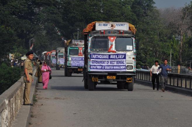 Camiones con ayuda humanitaria en un paso fronterizo con la India.
