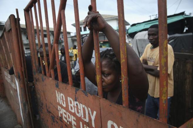 Una mujer en Monrovia, Liberia, durante la cuarantena decretada por el...