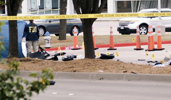 Agentes del FBI examinan los alrededores del Curtis Culwell Center de...