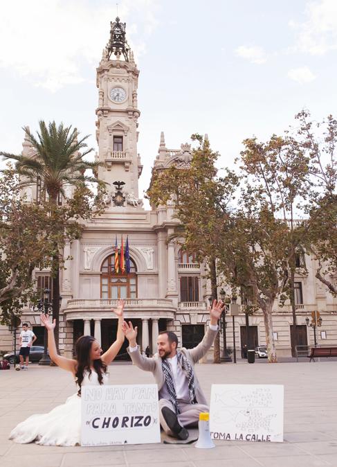 Sandra con su pareja, vestidos de novios protestando en la Plaza del...