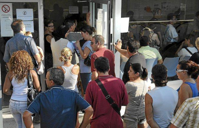 Desempleados en la cola del Servef en Alicante.