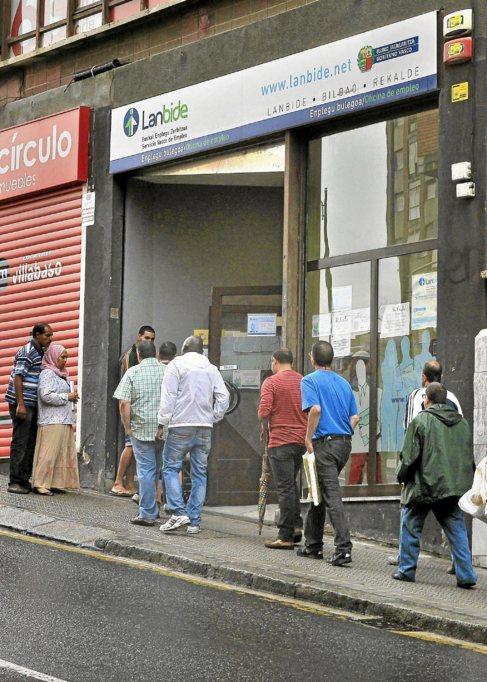 Parados haciendo cola en una oficina de empleo en Bilbao.