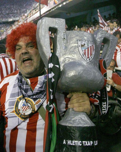 Un seguidor del Athletic, en la Final de Copa de 2009.
