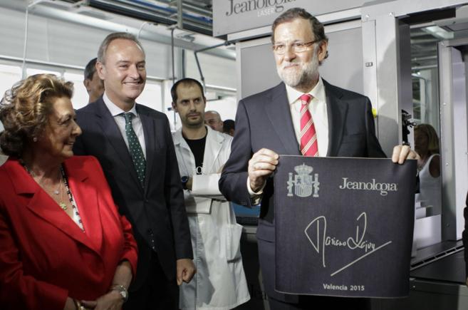 Alberto Fabra, entre Rita Barberá y Mariano Rajoy, durante la visita...