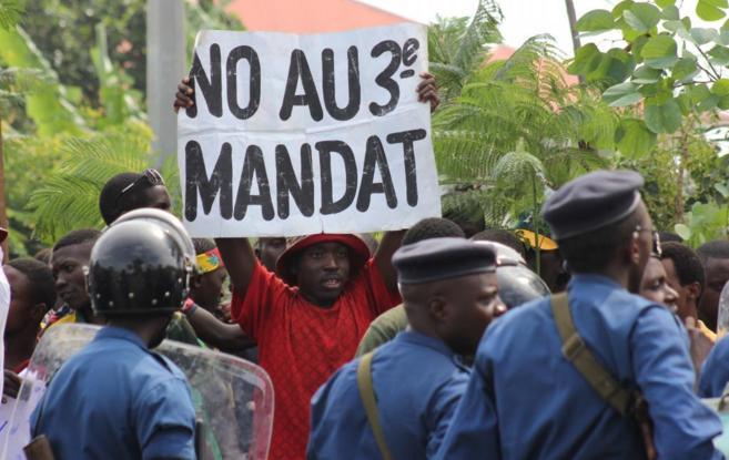 Un grupo de manifestantes protesta en Burundi en contra la posible...