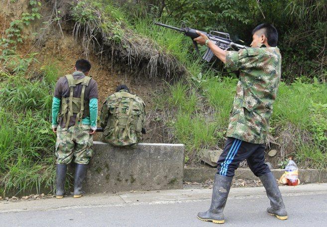 Un miembro de las FARC dispara cerca del cuartel de la guerrilla en...