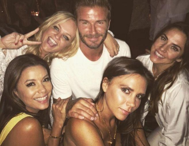 Las Spice Girls (excepto Mel B) y Eva Longoria, junto a David Beckham...