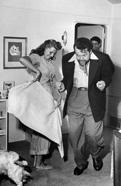 Rita Hayworth torea a Orson Welles. En su matrimonio, fue al revés
