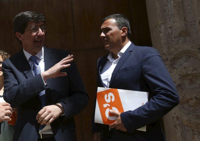 El candidato de Ciudadanos en Andalucía, Juan Marín (izquierda),...