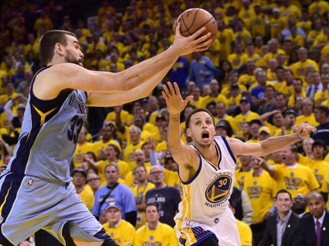 Marc Gasol recoge un balón ante Curry.