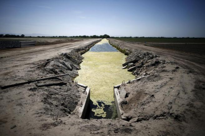 Un canal prácticamente si agua en un campo de Los Banos, California.
