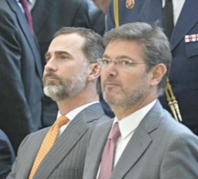 El Rey Felipe VI y el ministro de Justicia, Rafael Catalá, hoy en...
