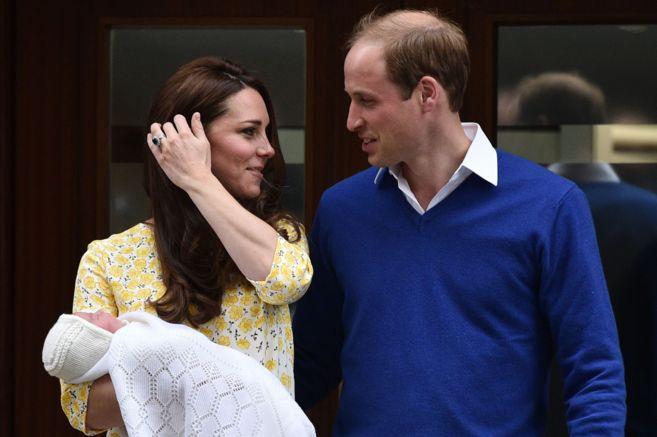 La pareja, el pasado sábado a su salida del hospital con su bebé.