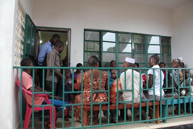 Pacientes esperando en una clínica de supervivientes en Freetown.