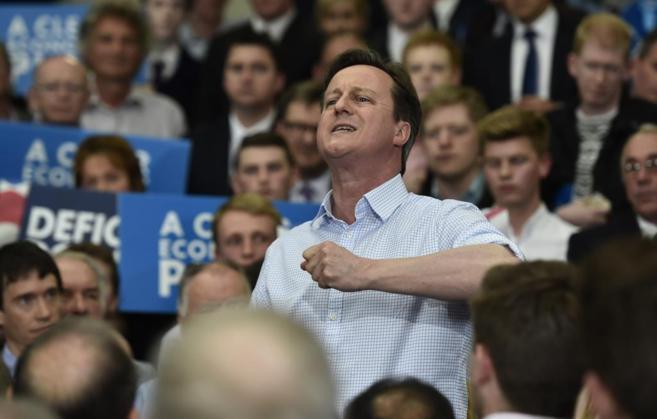 El primer ministro británico, David Cameron, se dirige a sus...