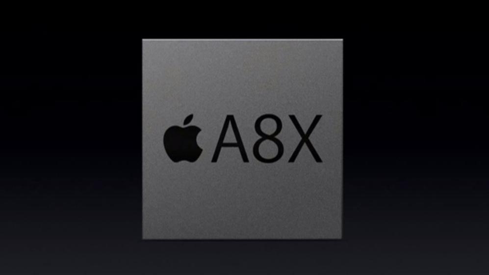 <STRONG>MÓVILES. PARA APPLE (AX)</strong>. En el mundo de la telefonía móvil algunos fabricantes apuestan por diseñar sus propios chips. El caso más conocido es el de Apple, que cada año apuesta por un nuevo Ax. El del iPhone actual es el A8, un procesador de doble núcleo que tiene una versión modificada con un núcleo extra (A8X) y mayor frecuencia de reloj en el iPad. Apple no dispone de fábricas propias, normalmente encarga a Samsung o TSMC su fabricación, pero el control del diseño le ha permitido adelantarse a la industria en varias ocasiones. El iPhone, por ejemplo, fue el primer teléfono móvil en dar el salto a los 64 bits. En el apartado gráfico el iPhone emplea un procesador de cuádruple núcleo, PowerVR.