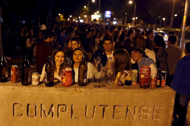 Grupos de estudiantes celebrando 'San Cemento' el pasado 30...