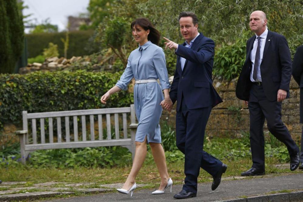 David Cameron y su mujer Samantha acuden a votar a Spelsbury, en Reino...