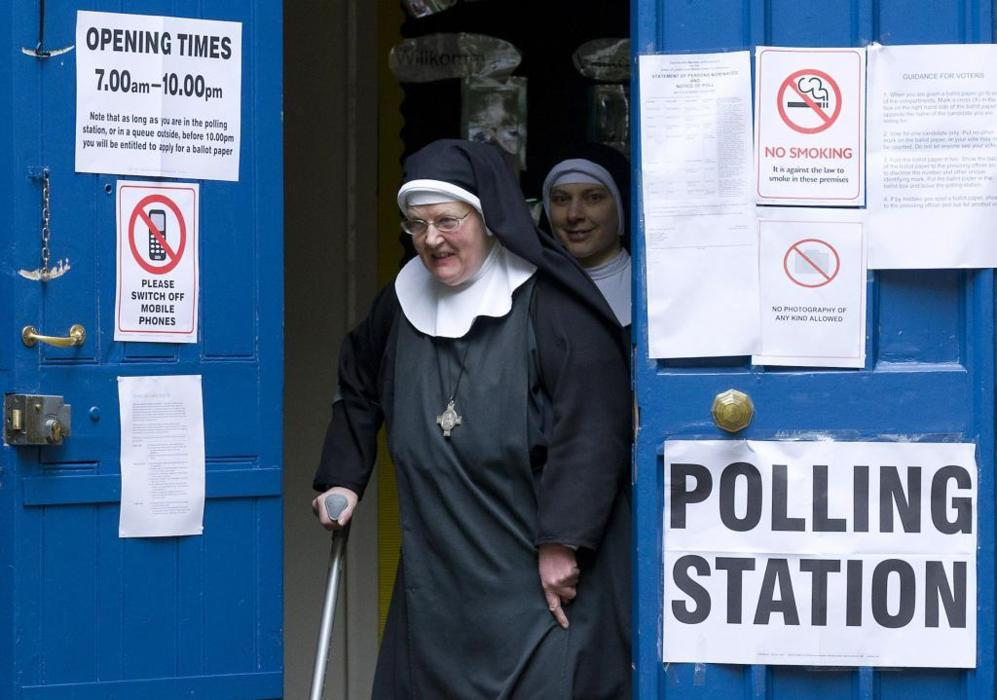 Una monja abandona el colegio electoral tras votar en Londres.