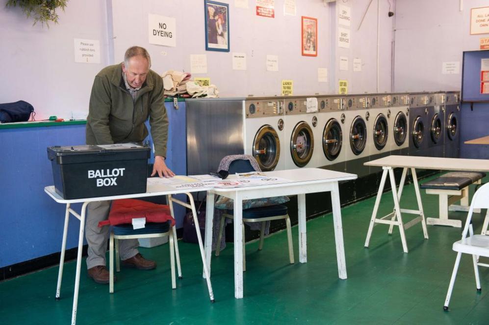 Un presidente de mesa electoral haciendo los preparativos en un centro...