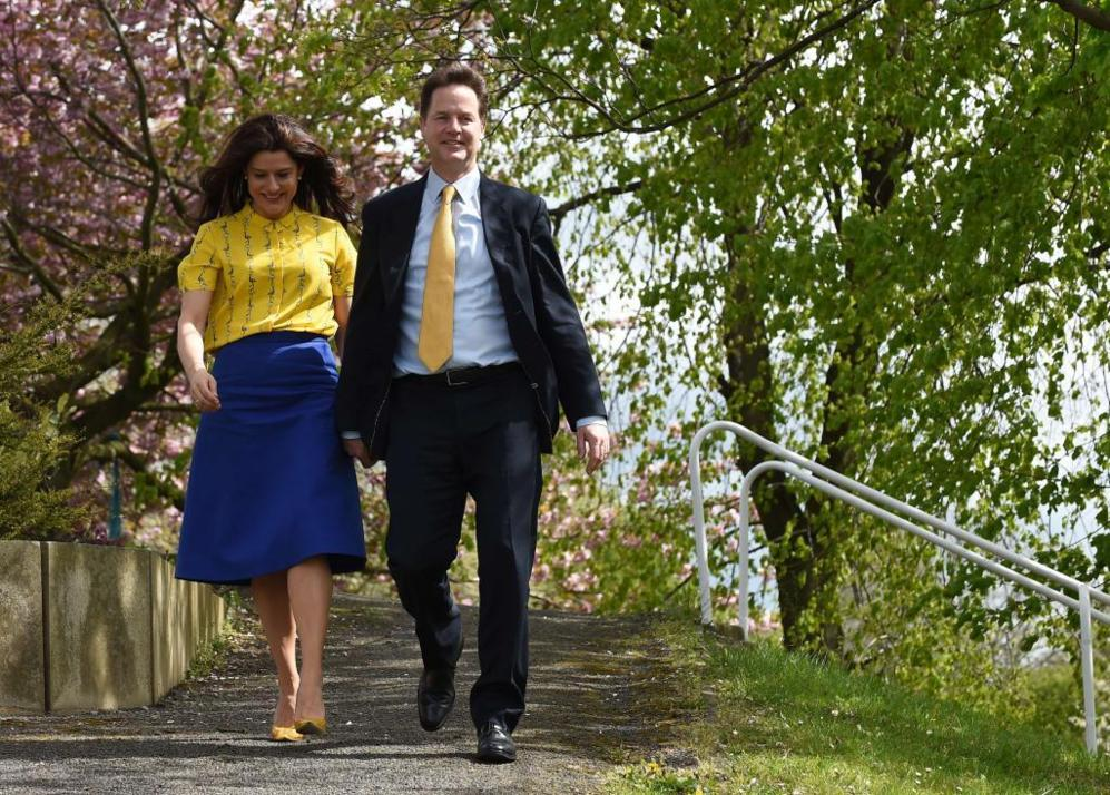 Nick Clegg y su esposa Miriam González acuden a depositar su papeleta...