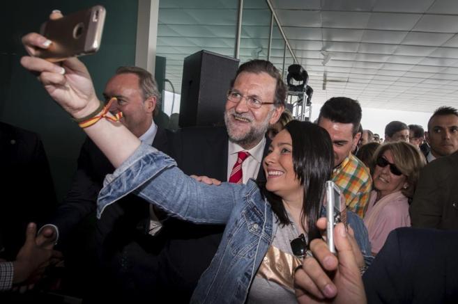 Mariano Rajoy se hace un 'selfie' en la clausura de un acto del PP...