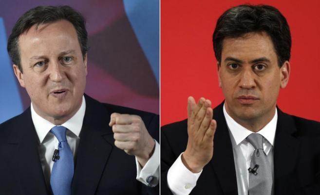 Cameron (izda.) y Miliband, dando un discurso a sus fieles.