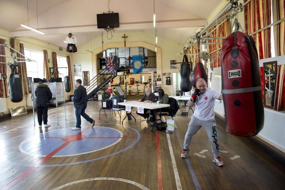 Un club de boxeo utilizado como colegio electoral en Hull, al norte de...