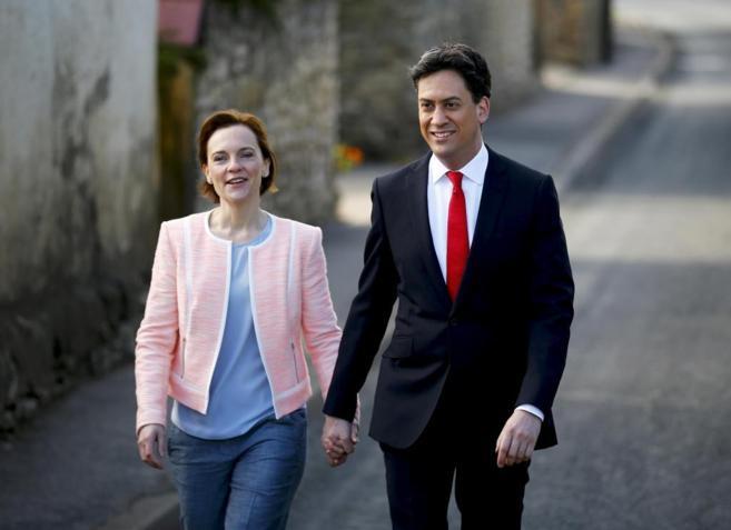 El líder laborista, Ed Miliband, acude a votar con su esposa,...