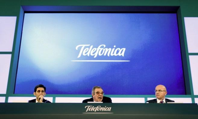 El presidente de Telefónica, César Alierta, entre el consejero...