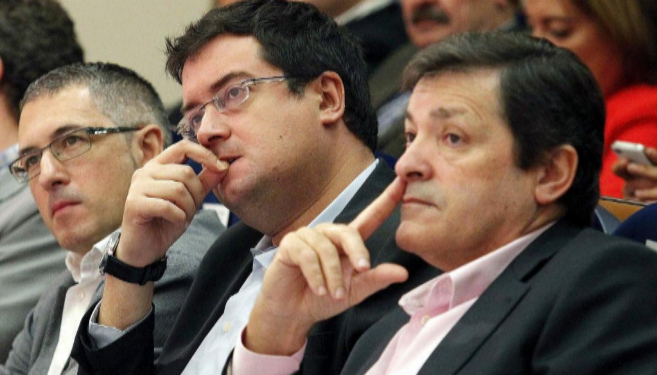 El presidente asturiano y candidato del PSOE, Javier Fernández (d),...