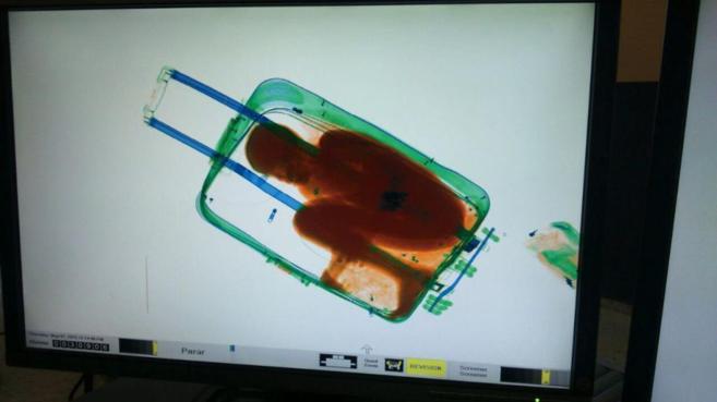 El niño fue detectado en el interior de una maleta por el escáner...