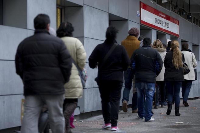 Cola a la entrada de una oficina de empleo en Madrid