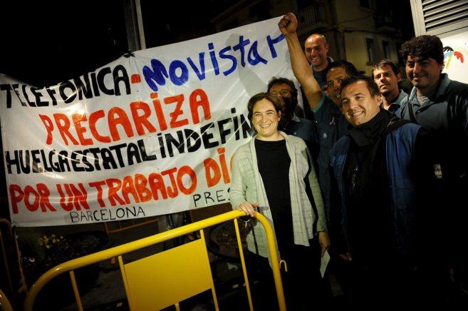 Ada Colau junto a trabajadores de Movistar antes del arranque de...