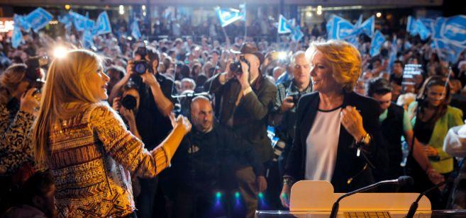 Cristina Cifuentes (a la izda.) y Esperanza Aguirre, ayer por la noche...