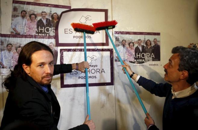 Pablo Iglesias pega carteles junto a Jose Manuel Lopez, candidato del...