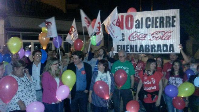 El candidato Luis García Montero, rodeado de compañeros y...