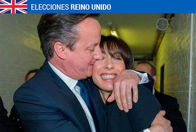 Cameron abraza a su mujer durante el recuento.