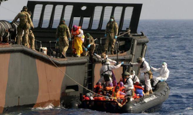 La tripulación del barco HMS Bulwark rescata a inmigrantes en el...