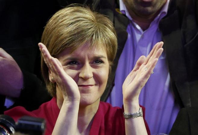 La líder del SNP, Nicola Sturgeon, celebra los magníficos resultados...
