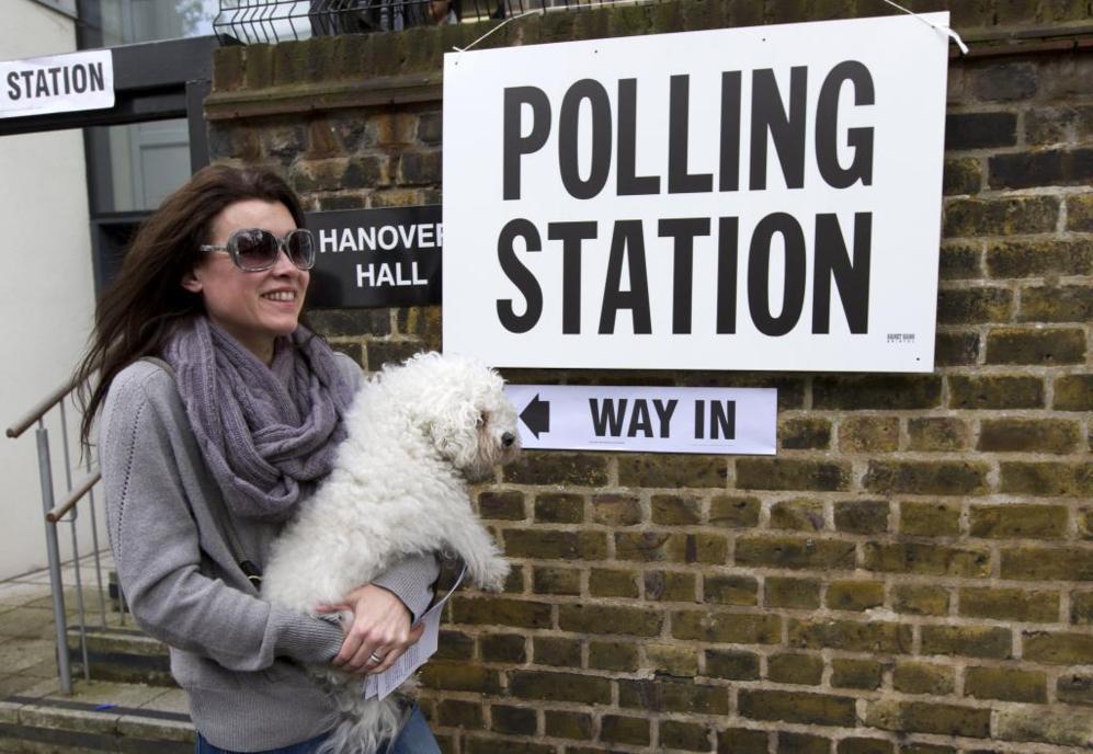 Una votante entra en el colegio electoral.