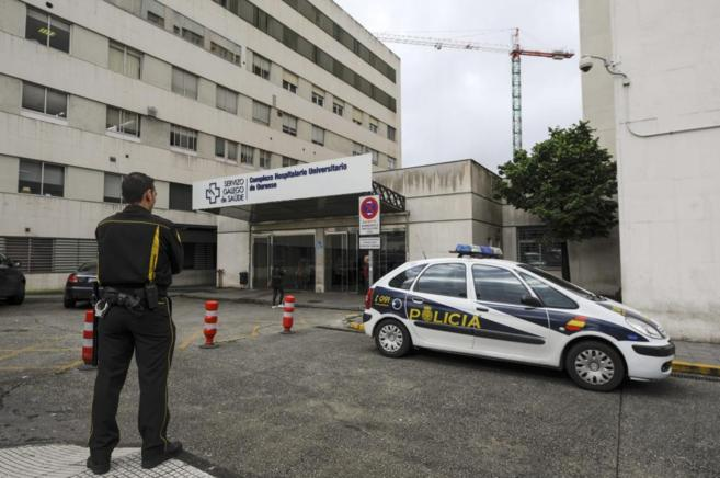 Un coche de la Policía en el acceso al Complejo Hospitalario de...