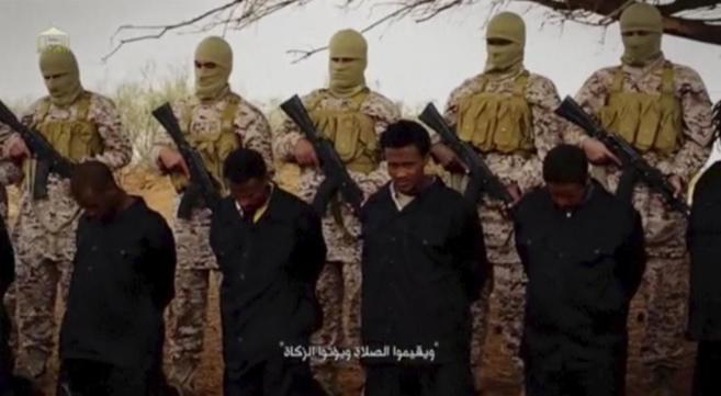 Militantes de IS con rehenes cristianos etíopes.