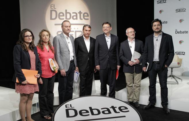 Todos los candidatos junto al moderador del debate, Bernardo Guzmán.